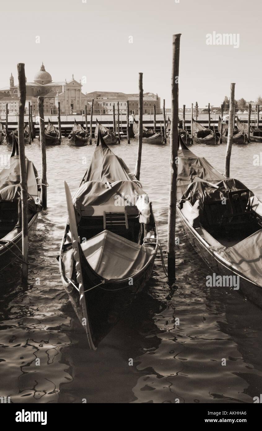 Gondoles à San Marco avec San Giorggio Maggiore dans la distance d'effet glow granuleuse et monochrome sépia toninig Banque D'Images