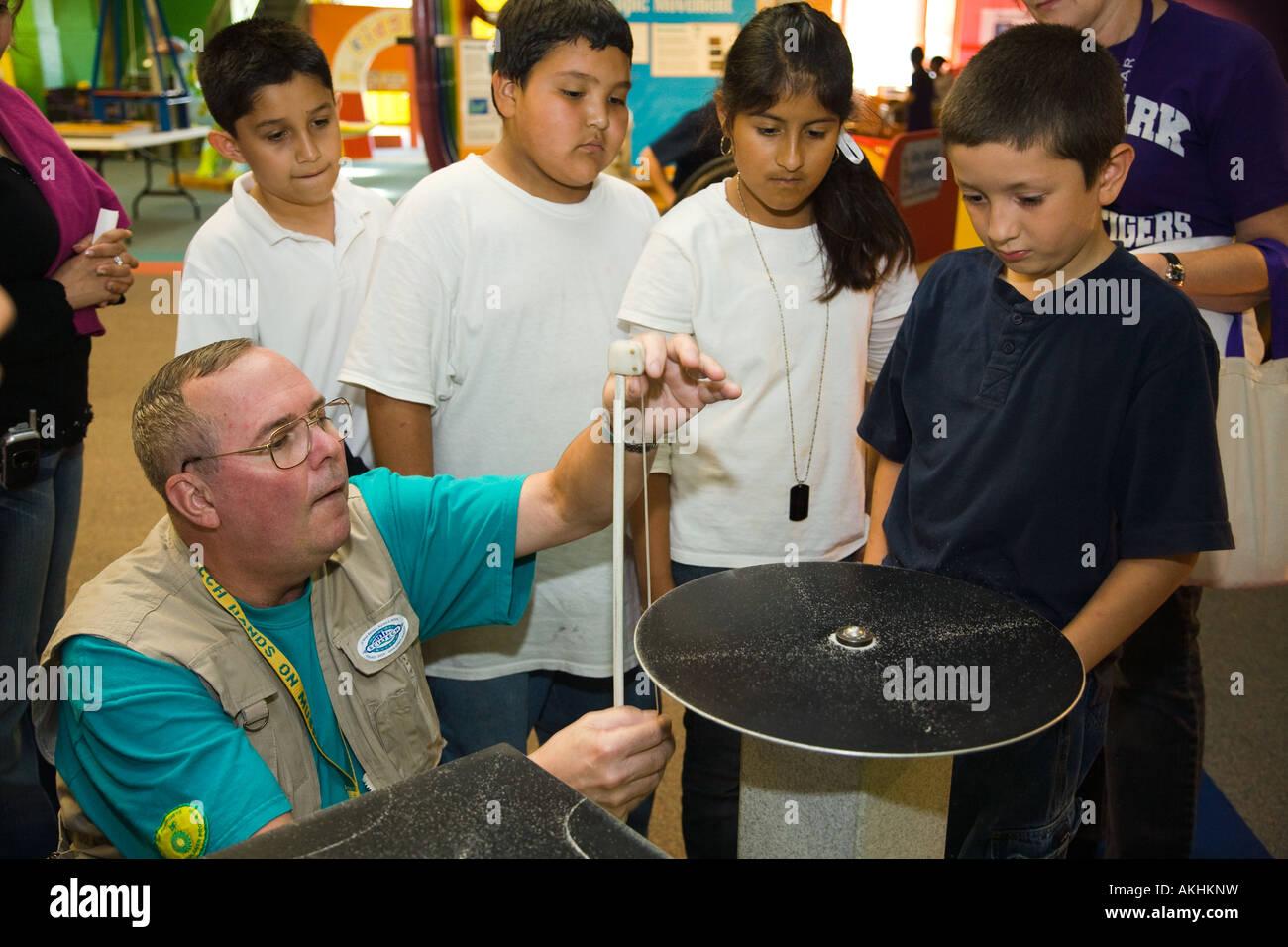 Les étudiants de l'ILLINOIS Aurora expérimenter avec les expositions dans Sci Tech Museum adultes de sexe masculin Banque D'Images