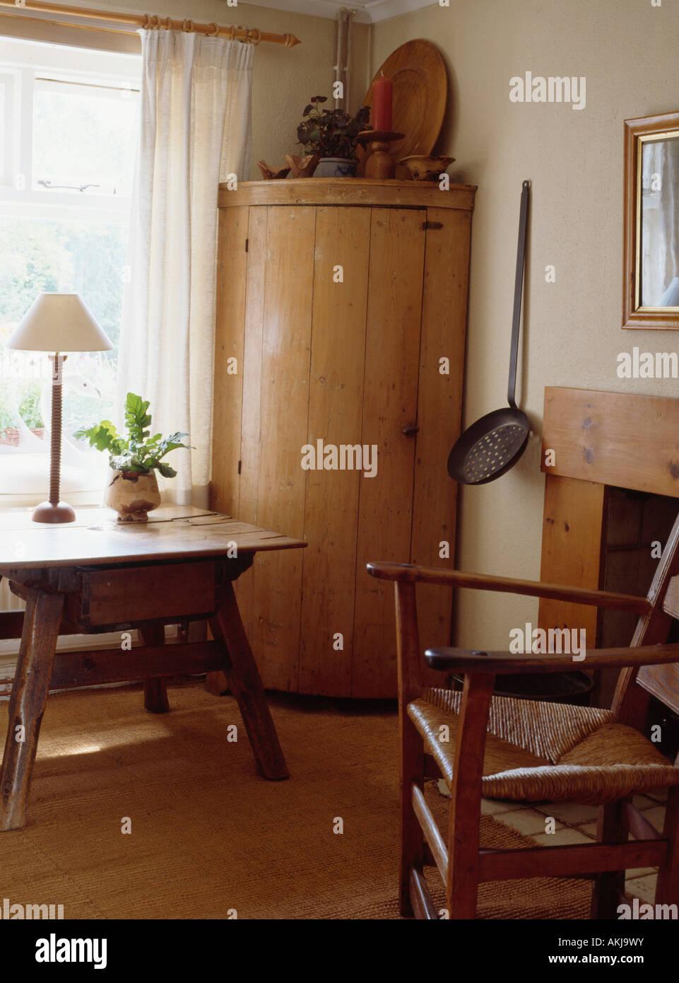Charmant Panneaux Pin Antique Encoignure De Style Shaker Salle à Manger Avec Rush  Assis Une Chaise Et Du0027une Petite Table Ancienne