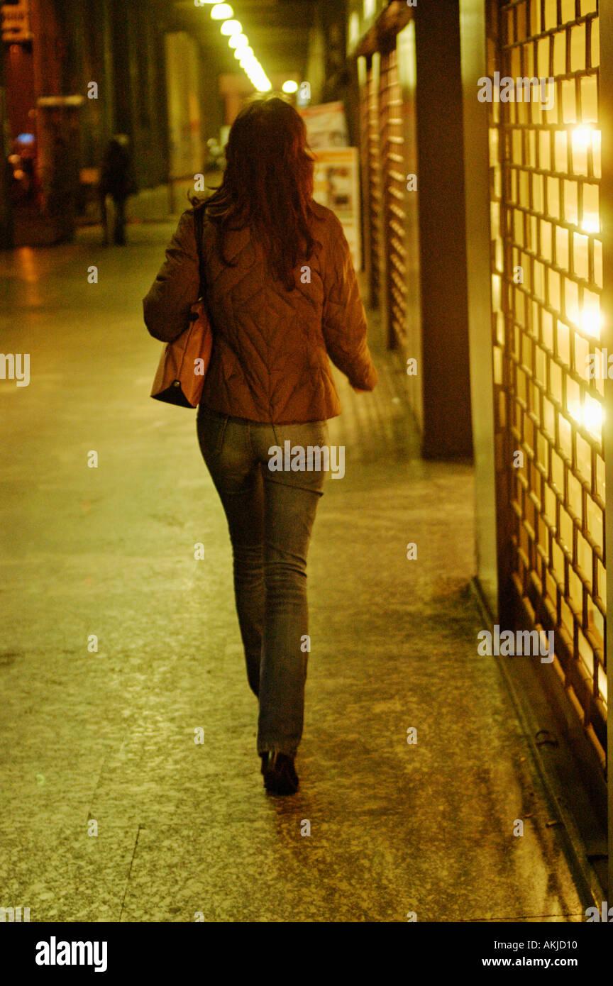 Italie, Milan, Dame marche sur la rue Photo Stock