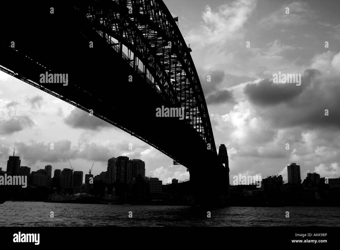 Sous le pont Harbour Bridge de Sydney en B/W Photo Stock