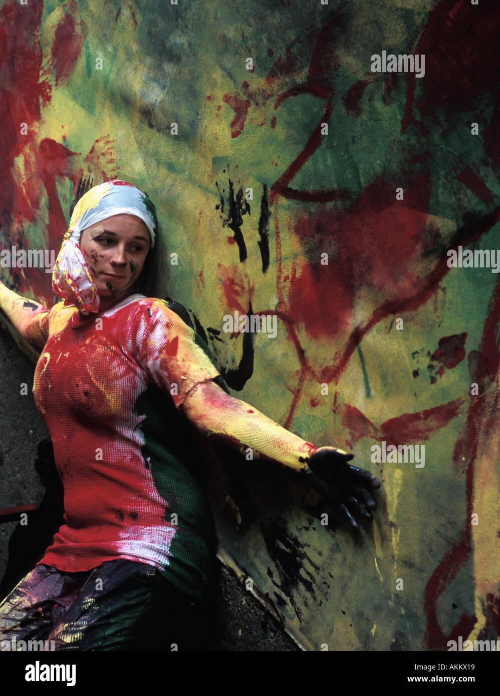 Artiste moderne en utilisant son corps comme son pinceau Photo Stock
