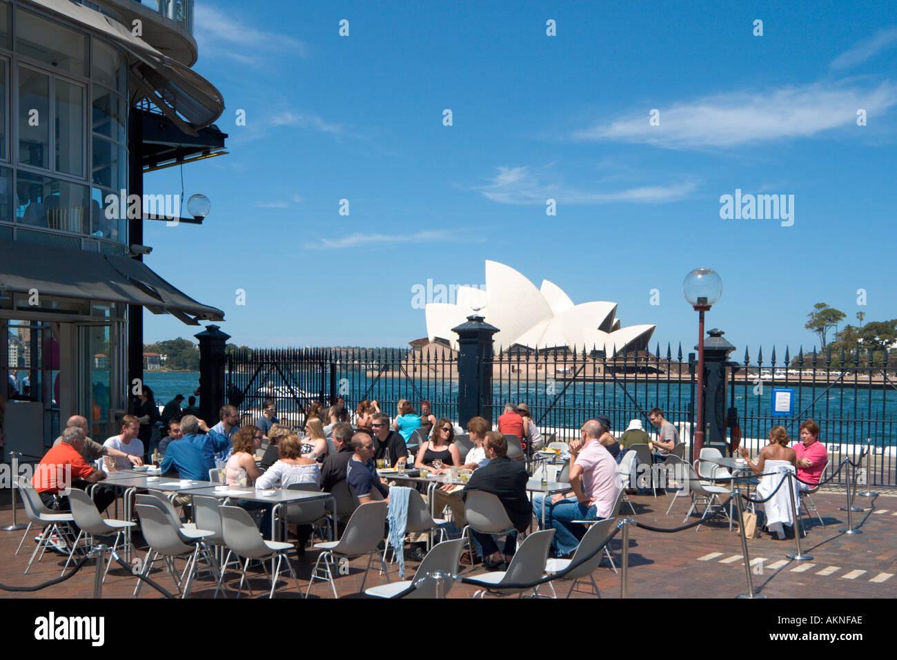 Cafe de la chaussée à Circular Quay avec l'Opéra derrière, Sydney, New South Wales, Australia Photo Stock