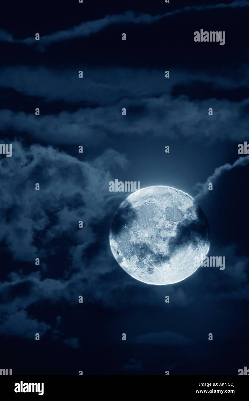 Pleine lune avec nuages de nuit Photo Stock