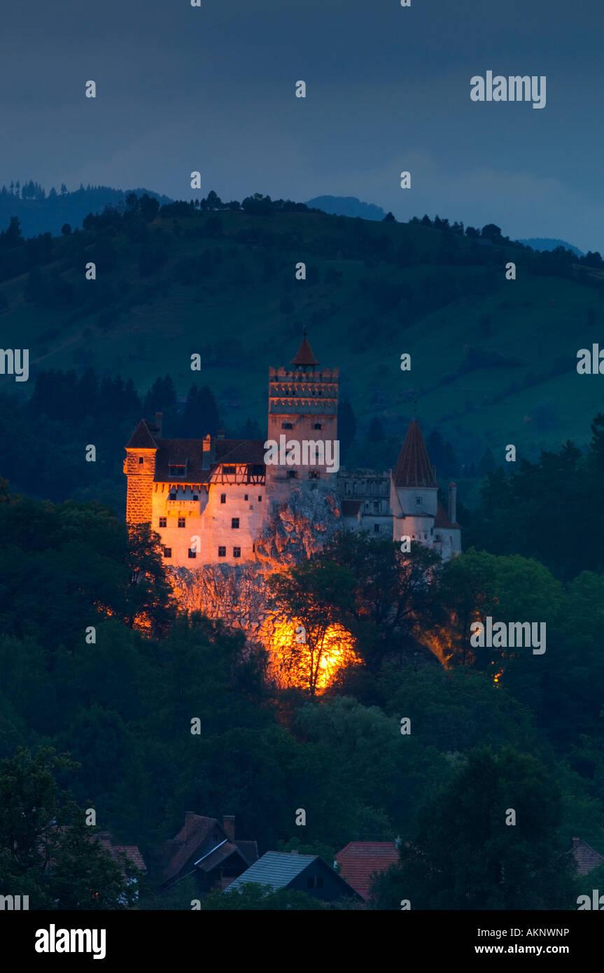 Le Château de Bran, la nuit, Transylvanie, Roumanie Photo Stock