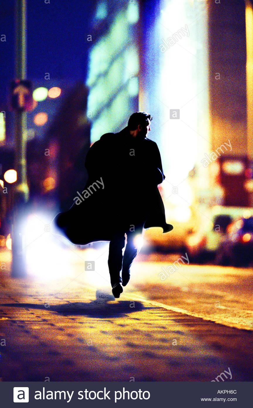 Homme qui court dans la rue Photo Stock