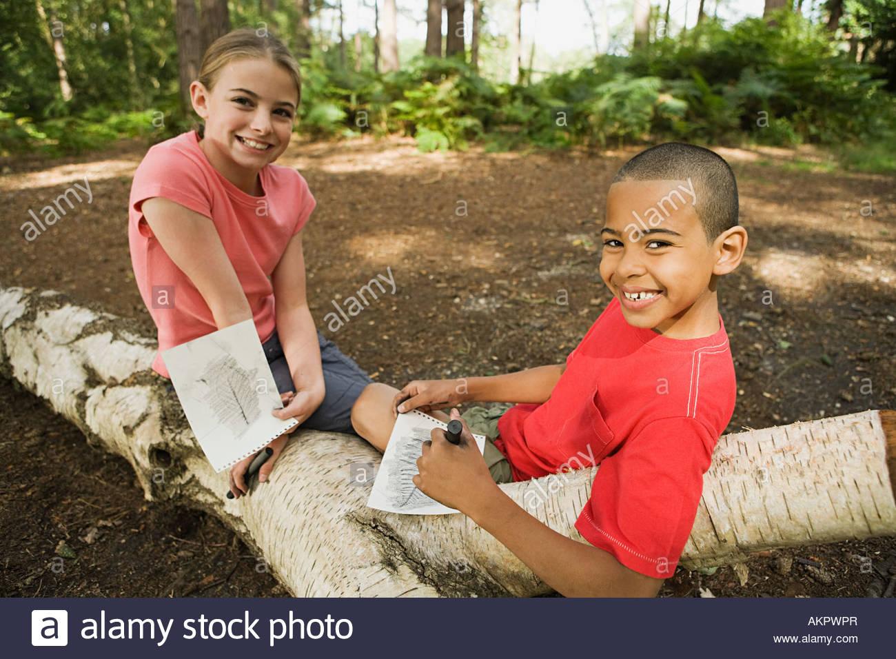 Garçon et fille avec dessins Photo Stock