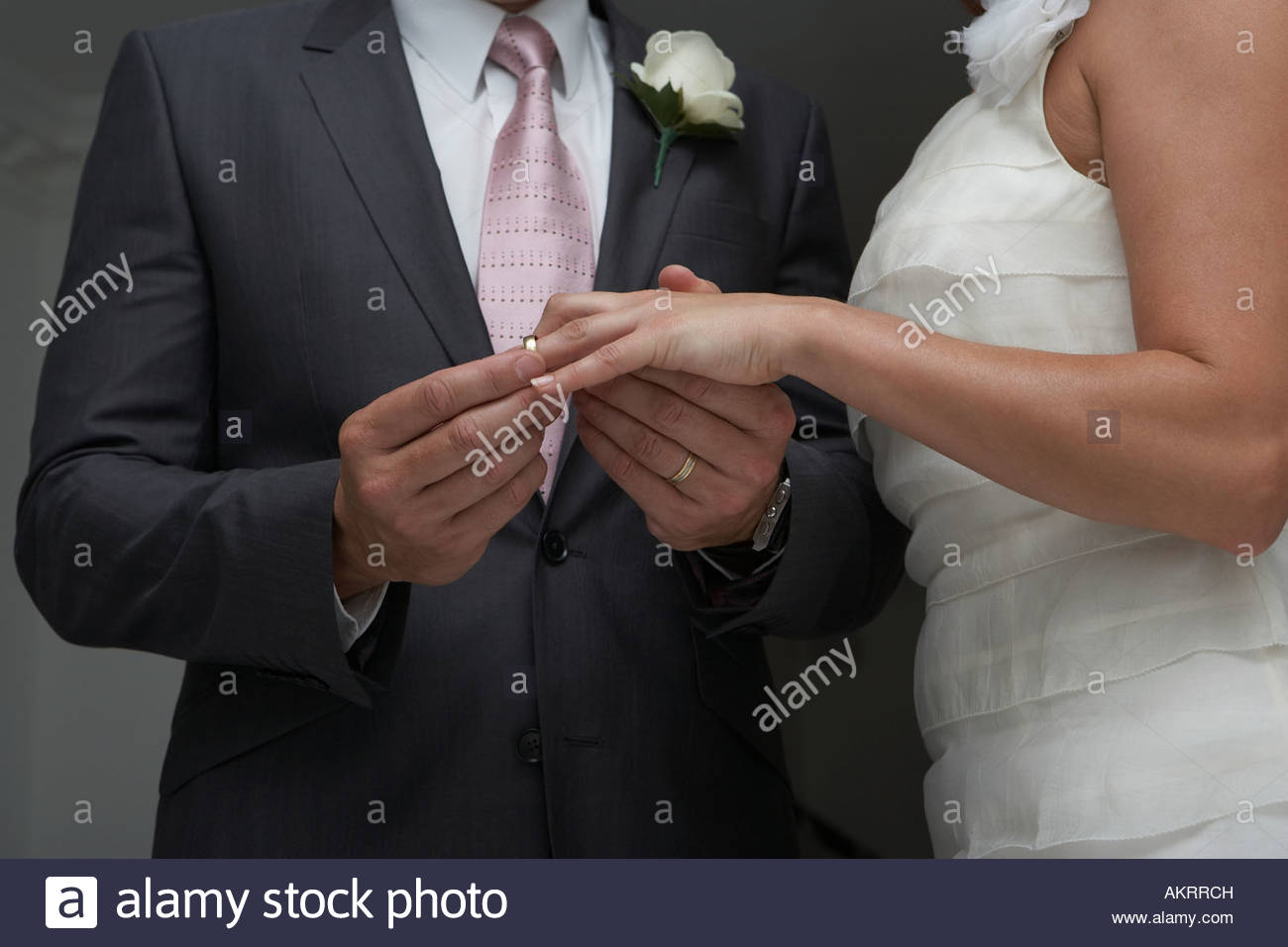 Groom putting ring sur brides doigt Photo Stock