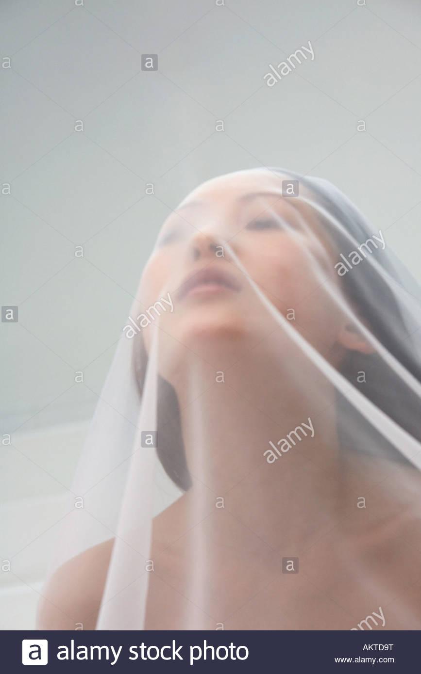 Femme sous un rectangle translucide Photo Stock