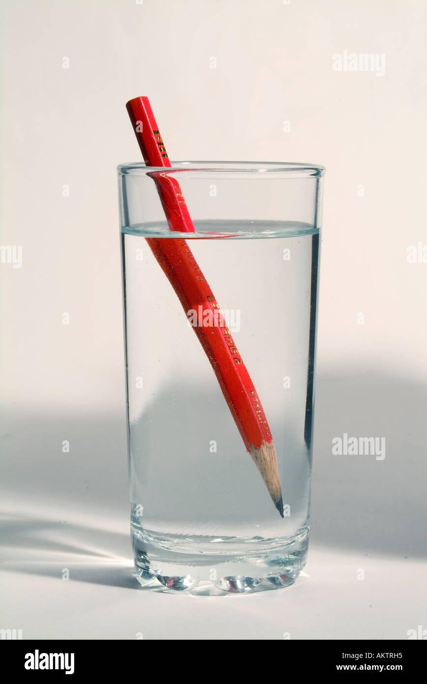 Un crayon dans un verre d'eau montrant la distorsion optique causé par la réfraction de l'image Photo Stock