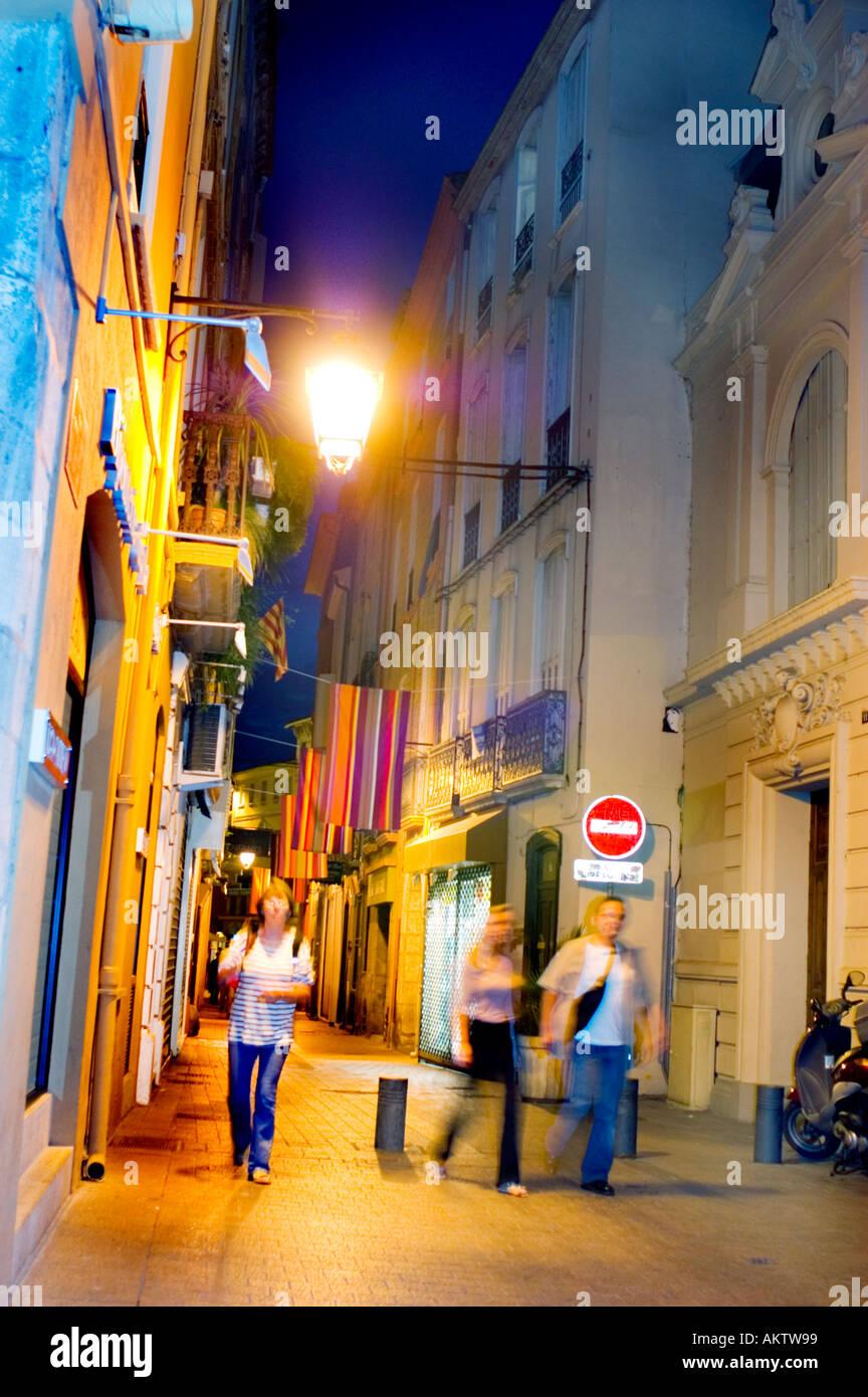 Perpignan, France, scène de rue, les jeunes adultes marche dans la Vieille Ville, région de Catalogne, lampadaires la nuit Photo Stock