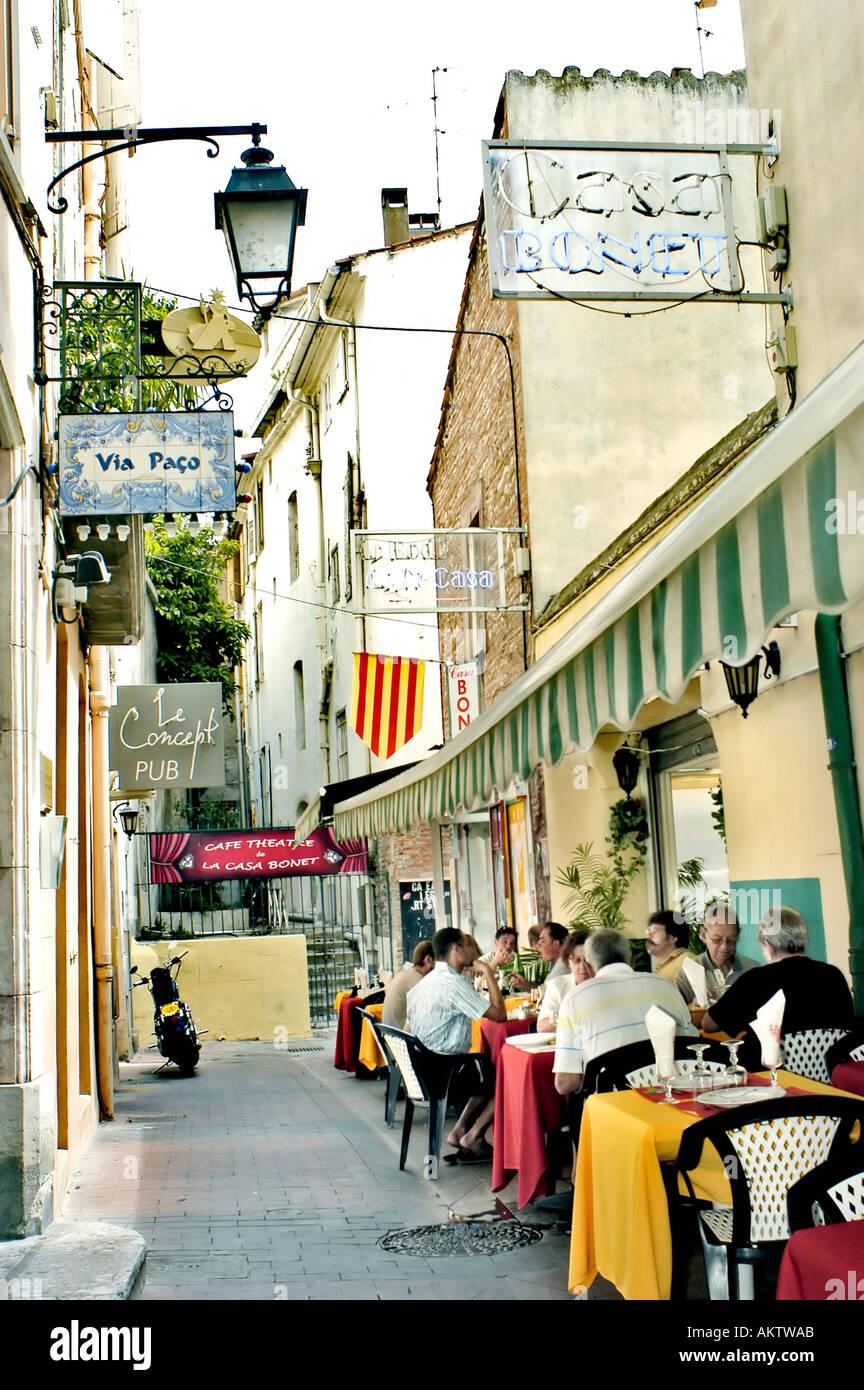 Perpignan France Petite Catalogne Restaurants sur trottoir en centre de la vieille ville 'Street' scène française ruelle Photo Stock