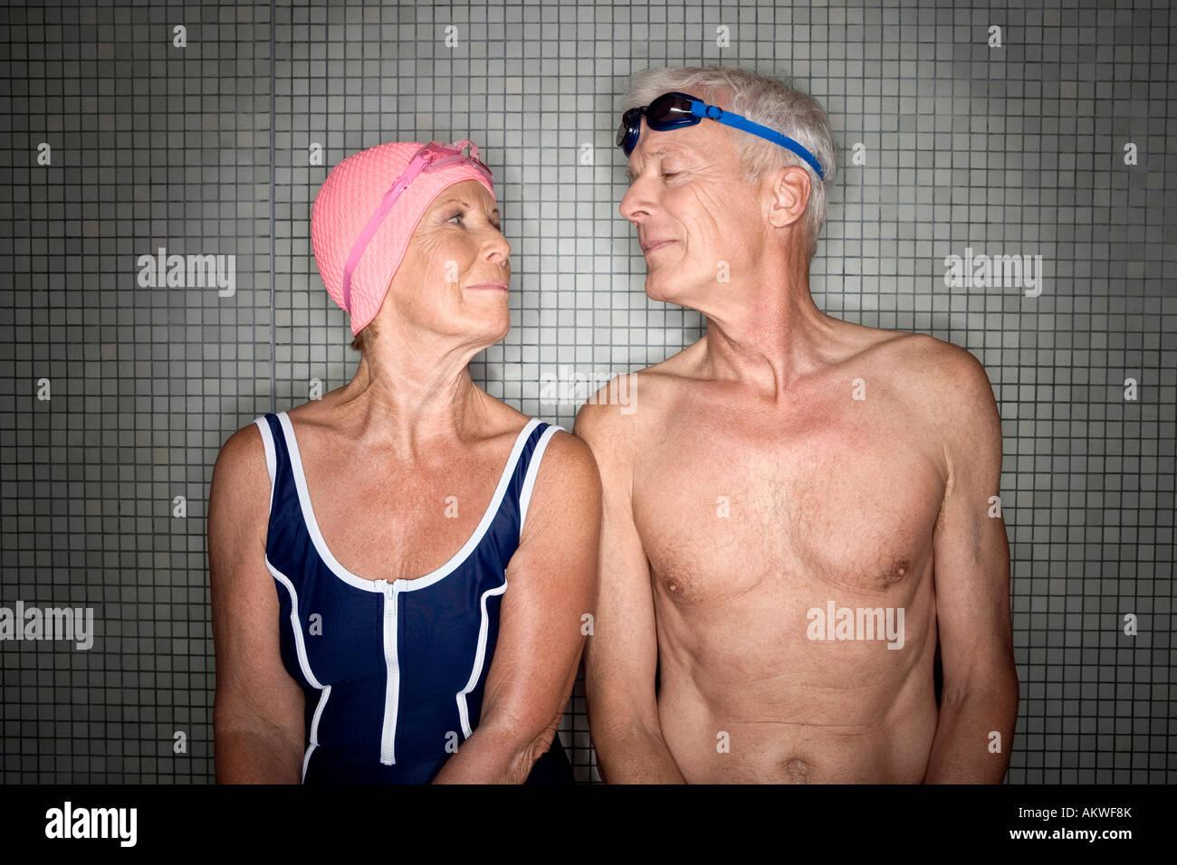 Couple dans l'évolution des prix, le port de lunettes de natation et cap Photo Stock