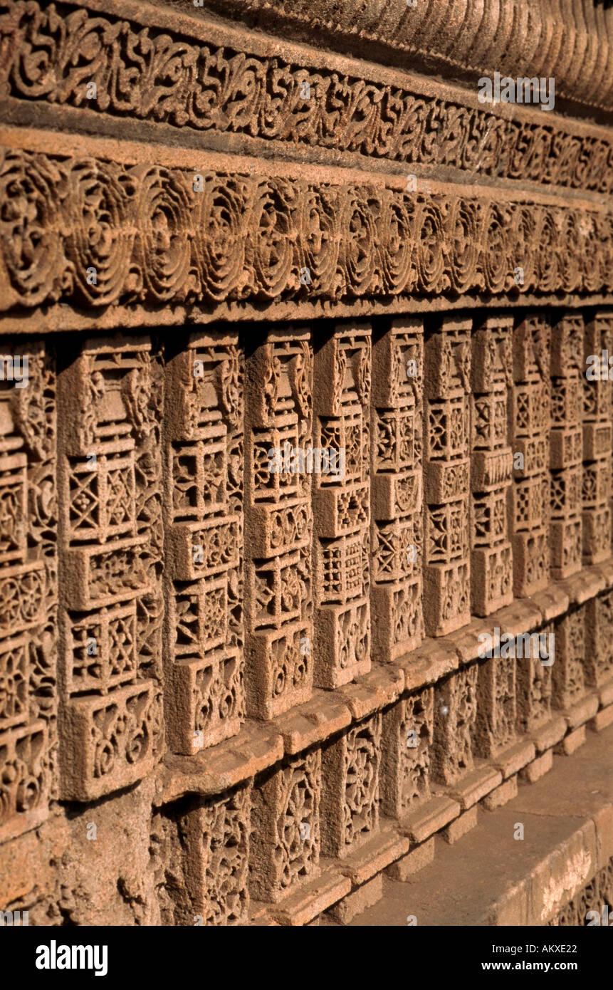Détail de Harir Dada sculpté orné une cage Wav ou d'une série de marches de pierre menant à une source d'eau Ahmedabad India Photo Stock