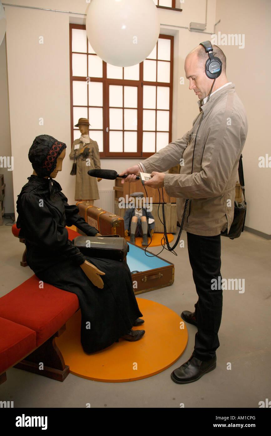 Musée Ballinstadt, l'émigration, d'une entrevue avec un journaliste parlant, poupée de Veddel, Photo Stock