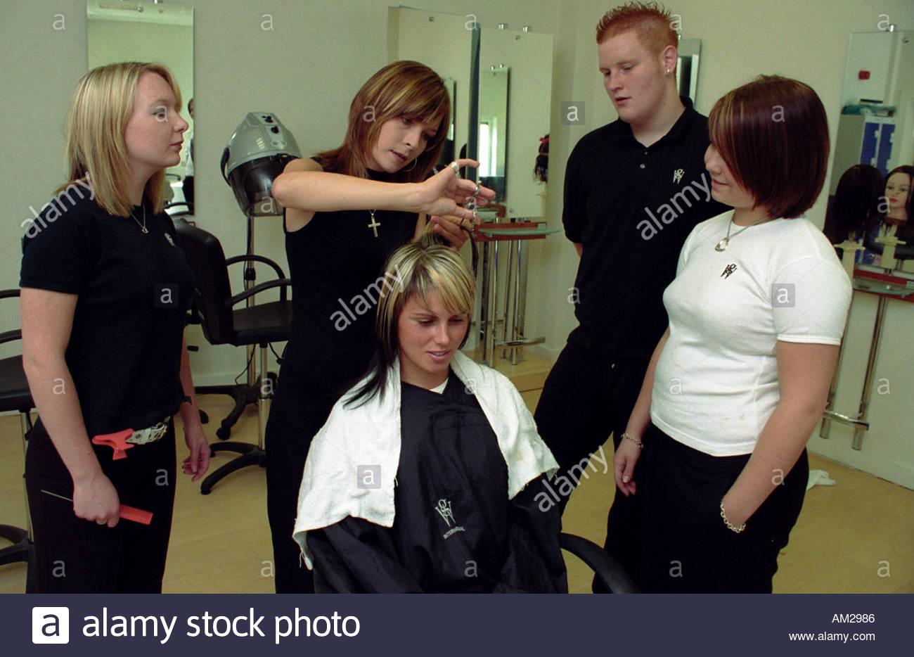 L Application De Peroxyde De Stagiaires En Coiffure Femme Cheveux Au Salon De Coiffure D Autres Eleves Regardant Superviseur Uk Photo Stock Alamy