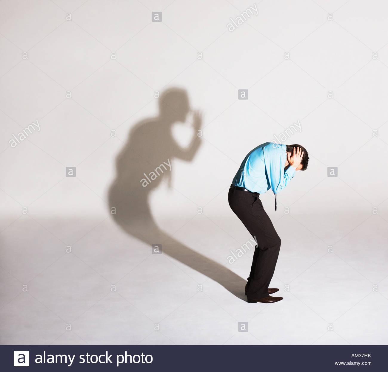 Homme d'être grondé par son ombre Photo Stock
