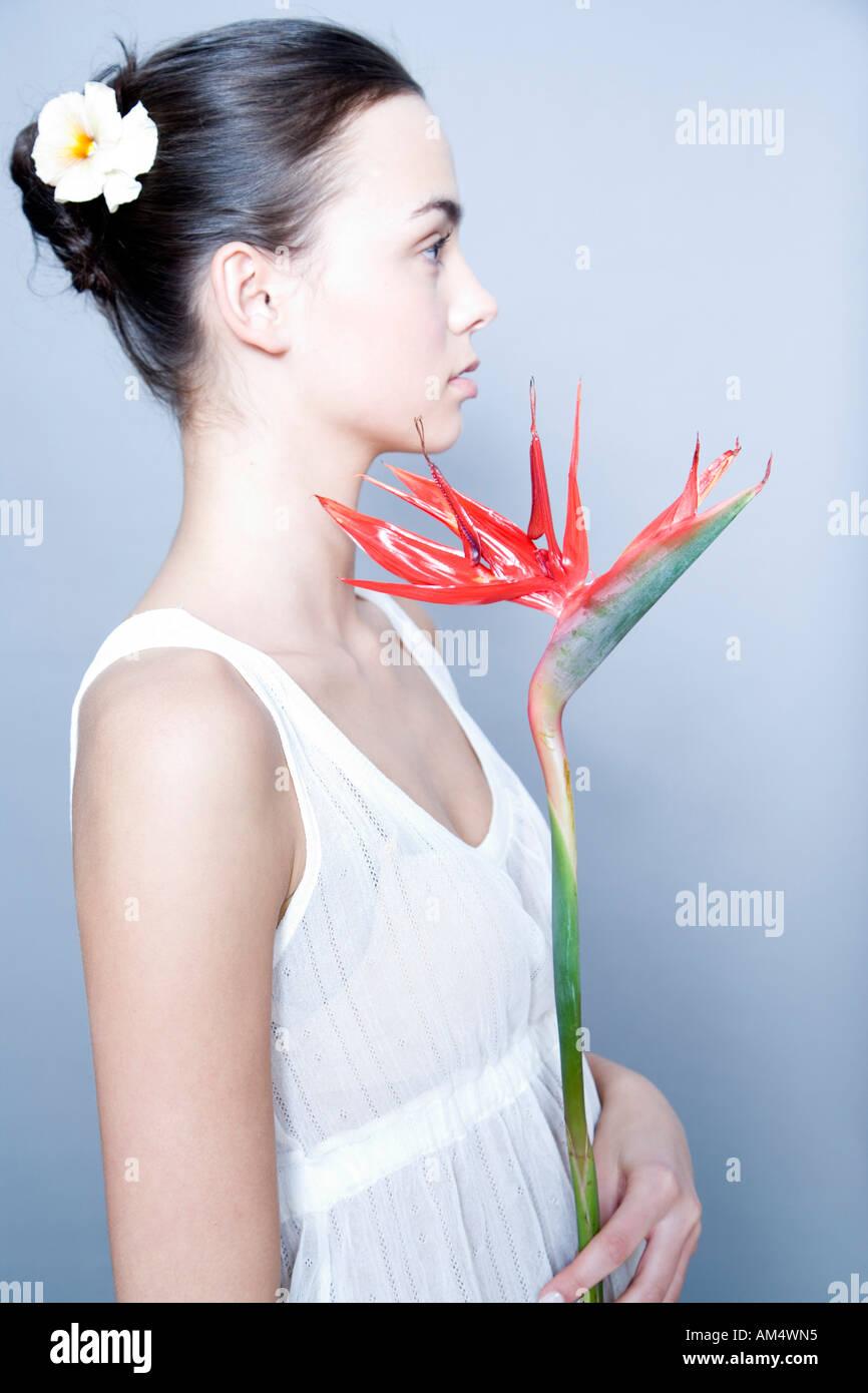 Jeune femme avec Bird of Paradise flower Banque D'Images