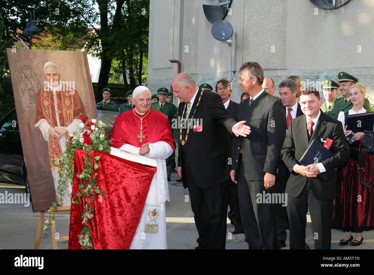 Le pape Benedikt XVI. afficher son portrait , Altoetting, Haute-Bavière, Allemagne Banque D'Images