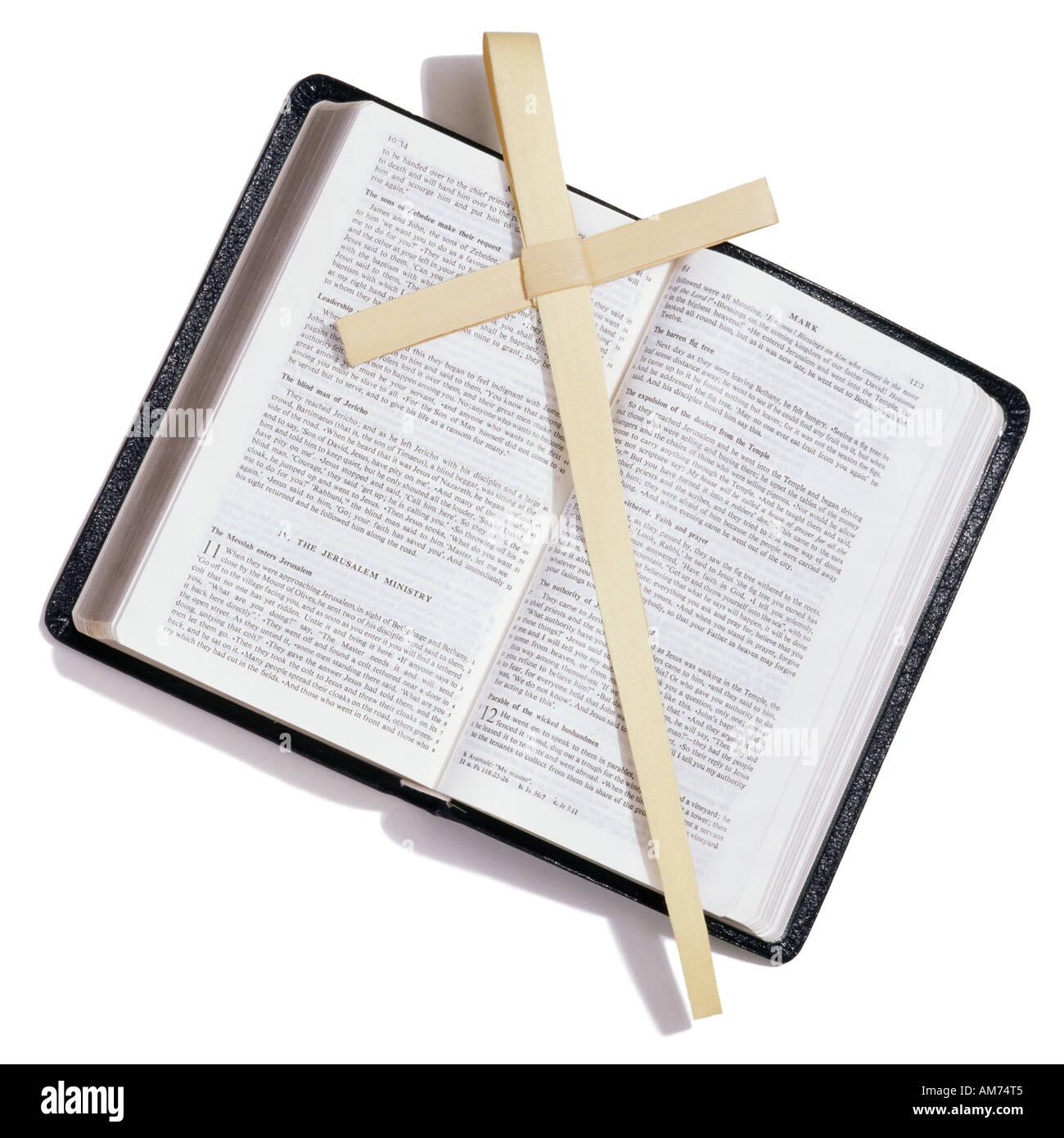 Une bible et palm cross Banque D'Images