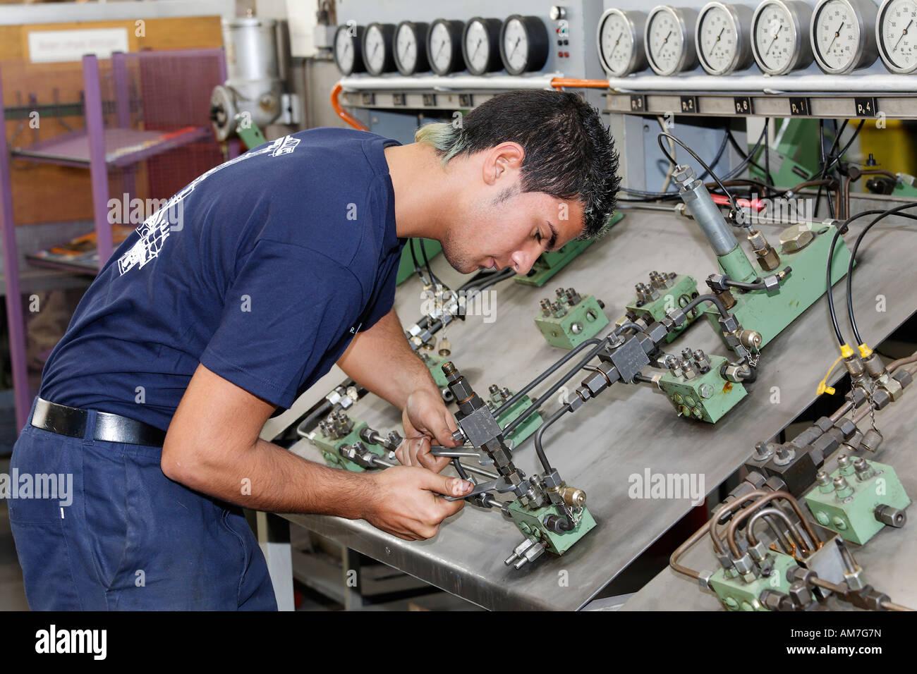 Stagiaire en vissant un double circuit, système de graissage hkm atelier de formation, Duisburg-ehingen, NRW, Photo Stock