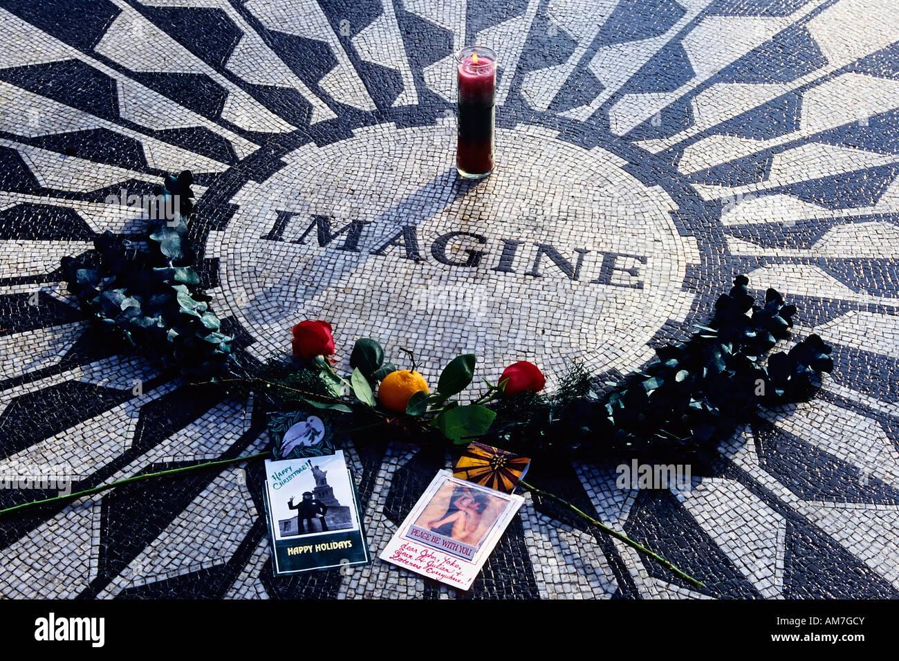 Site commémoratif décoré pour John Lennon, Strawberry Fields, Central Park, New York City, États-Unis Banque D'Images