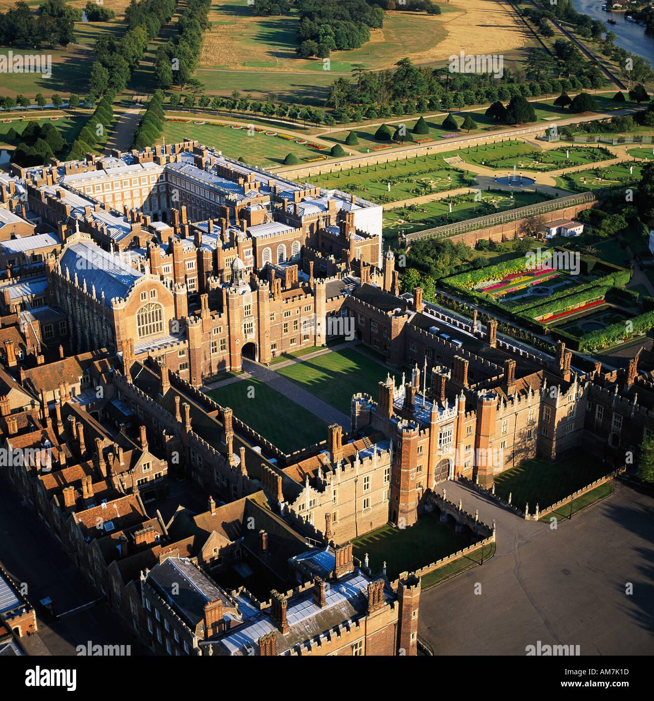 Hampton Court Palace construit par le Cardinal Wolsey London UK Vue aérienne Photo Stock
