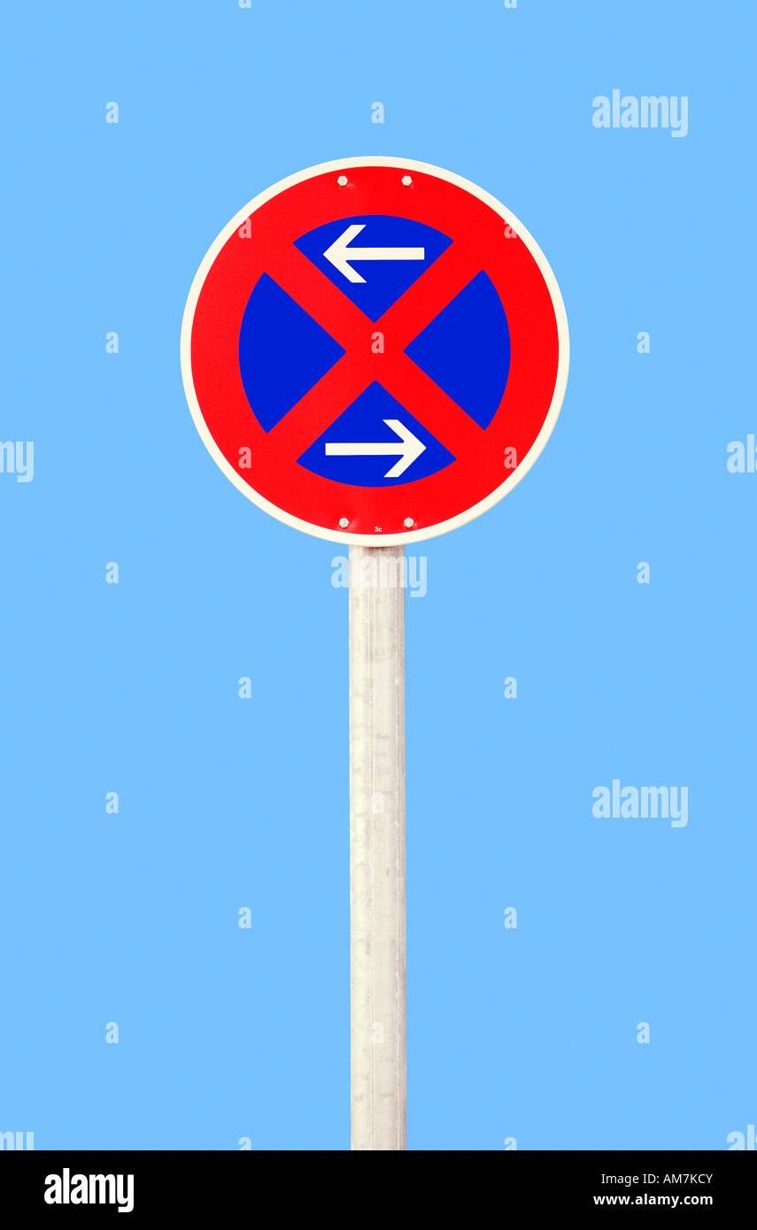 Panneau de circulation l'arrêt symbolique - restriction pour gauche et droite Photo Stock