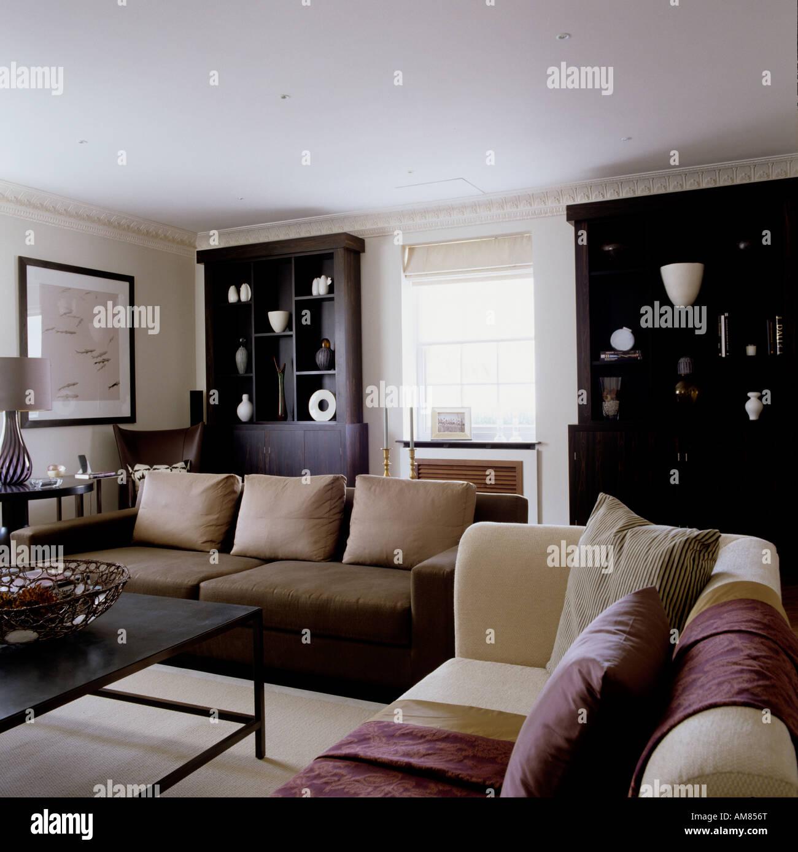 Salon Moderne Avec Des Canapés Et Des Armoires Dans Le Luxe Appartement à  Londres