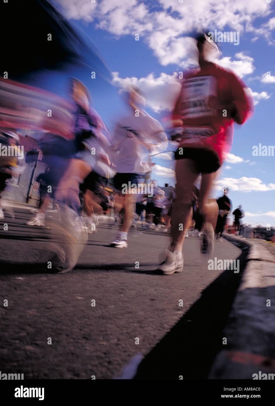 Des gens courir marathon blurred motion déformé Photo Stock