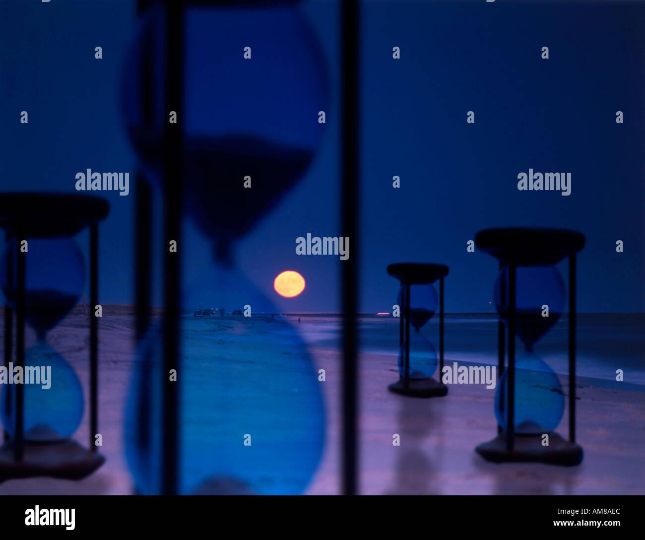 Moment Factory image conceptuelle de sabliers placés dans nuit paysage surréaliste Photo Stock