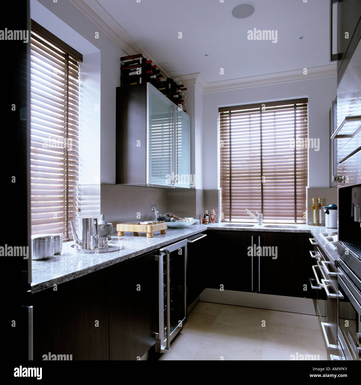 Cuisine avec placards et plan de travail en marbre noir dans le luxe ...