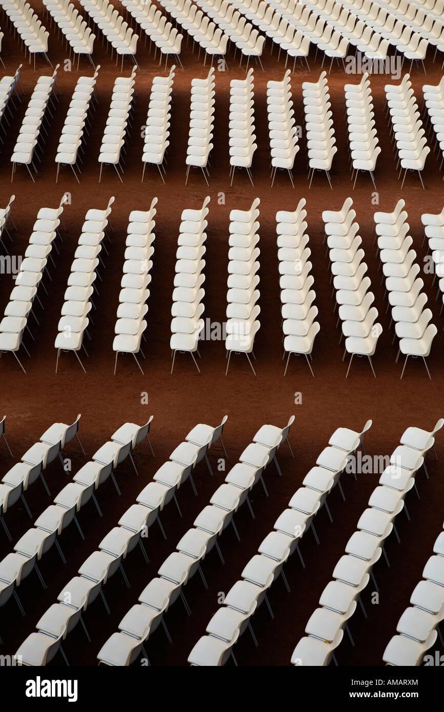 Des chaises disposées dans une rangée Photo Stock