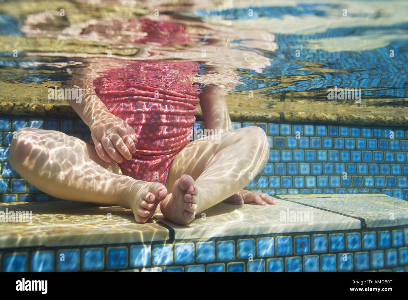 Girl sitting in pool taille vers le bas Photo Stock