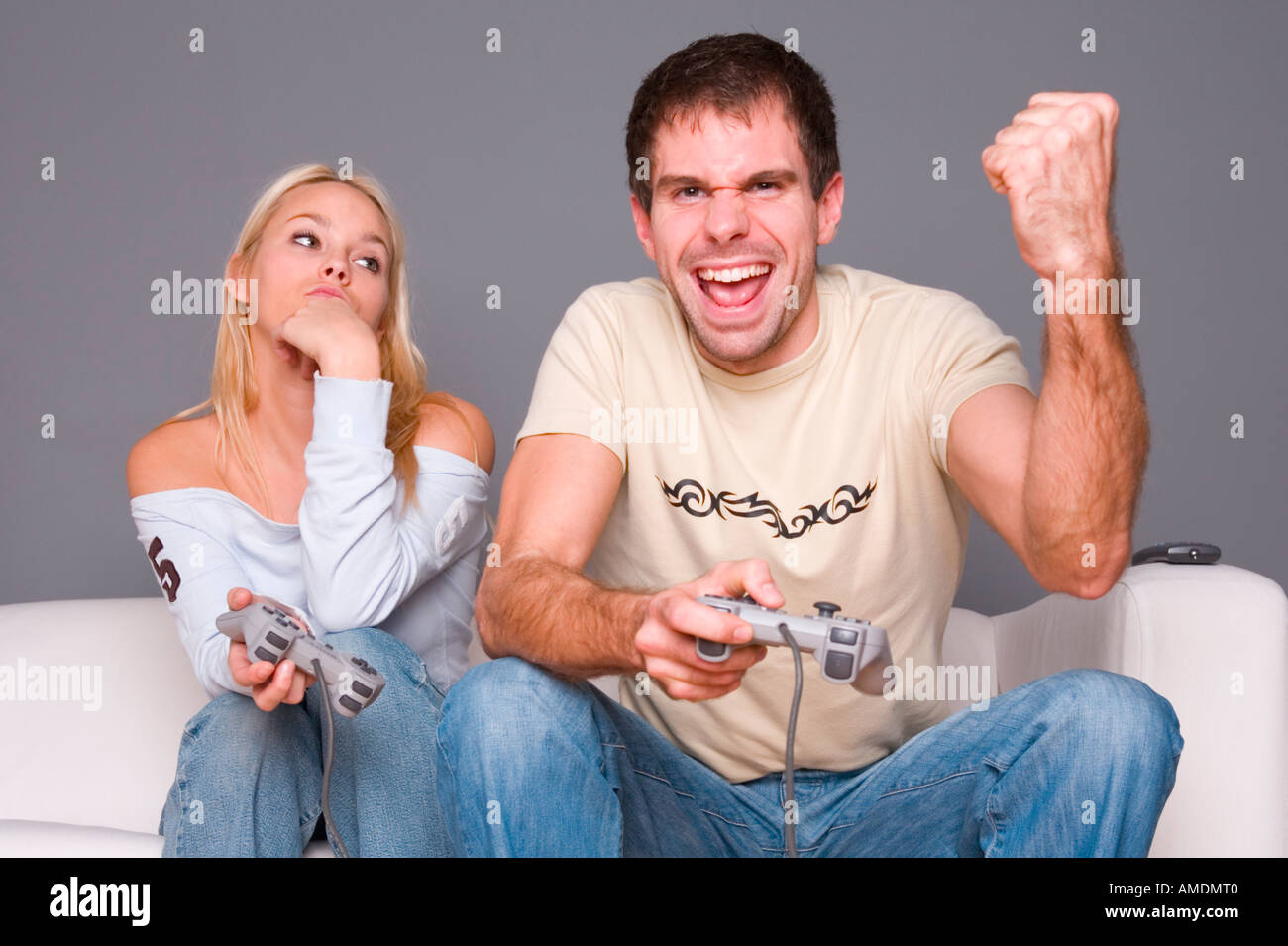 Jeune couple playing video game Photo Stock