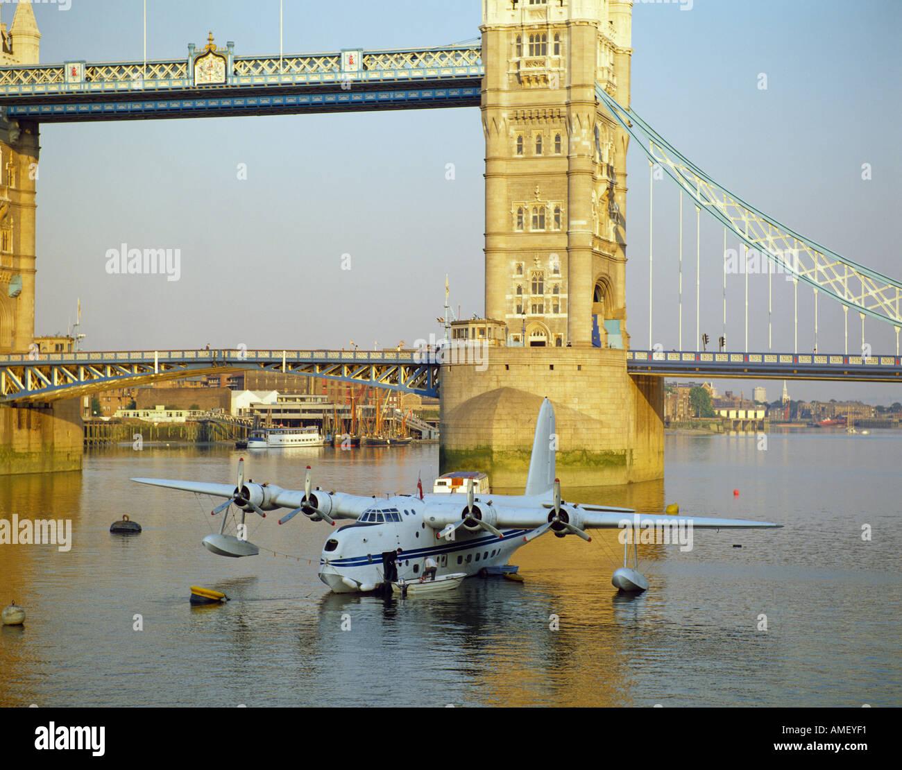 Tower Bridge et court-Sanderland flying boat on the Thames London England Photo Stock