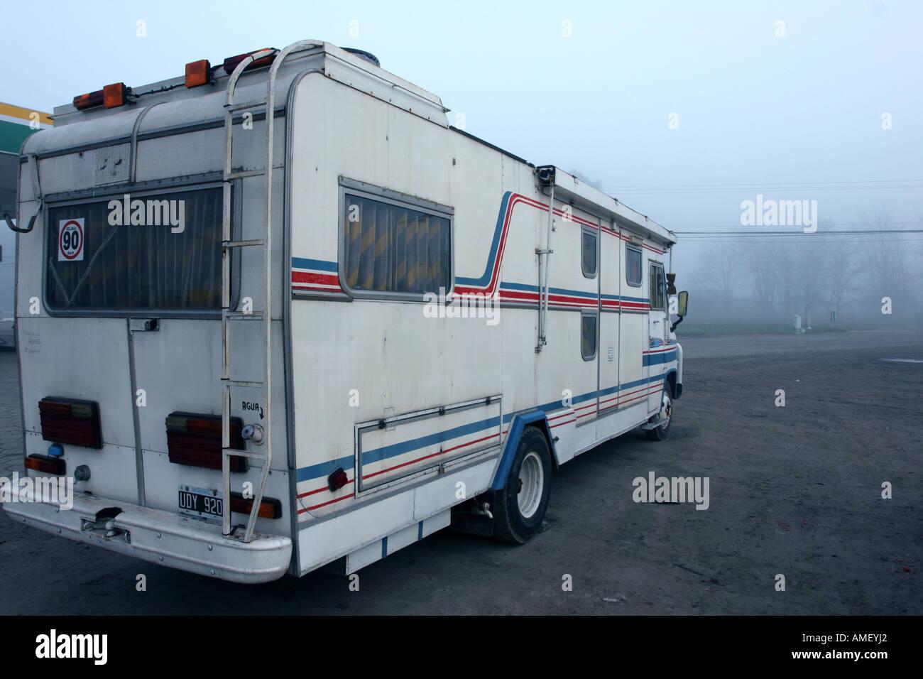 Une autocaravane est arrêté sur le côté de la route d'attendre que le brouillard se dissipe Photo Stock
