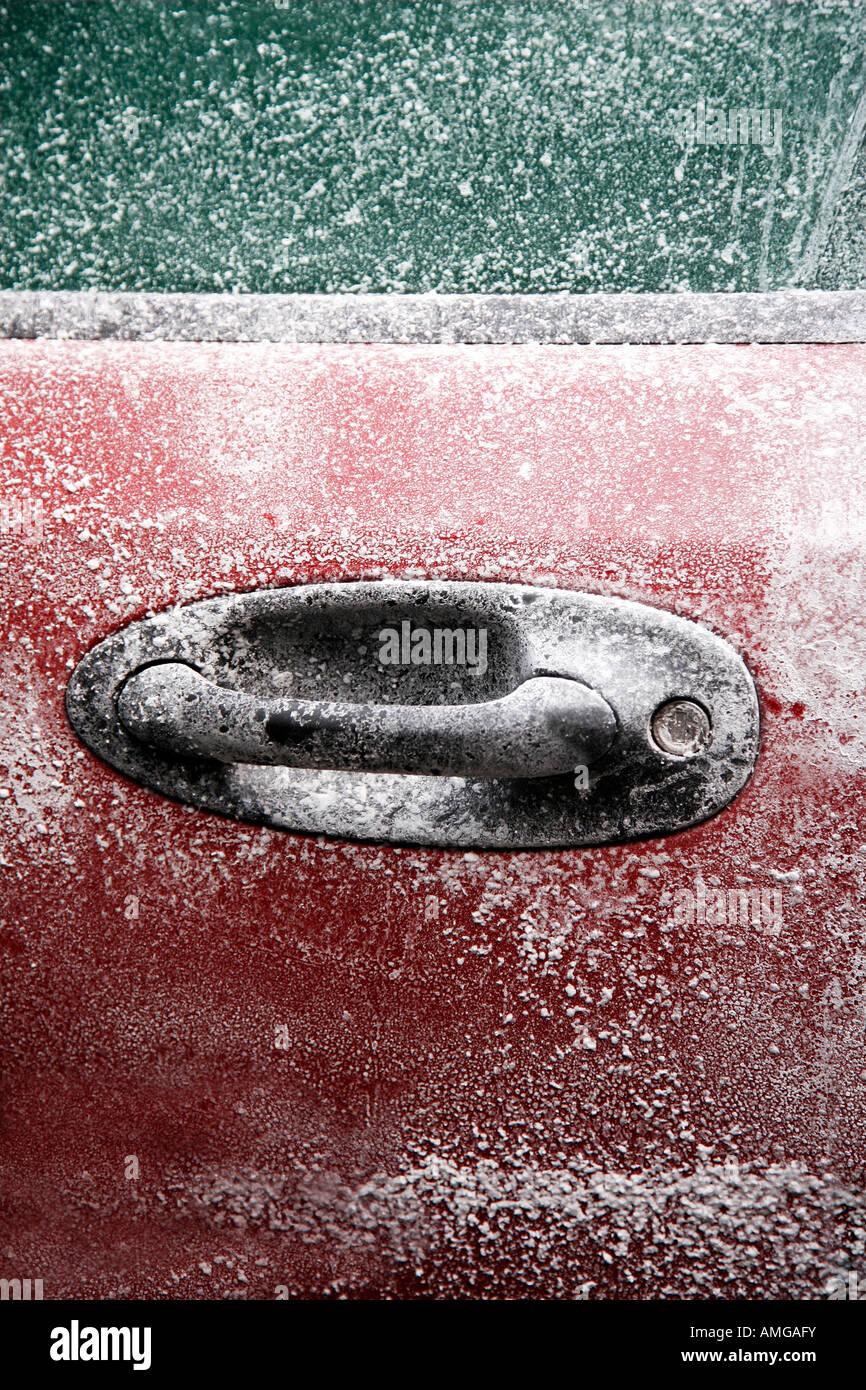 Voiture congelé après un hiver blizzard avec copie espace pour le texte Photo Stock