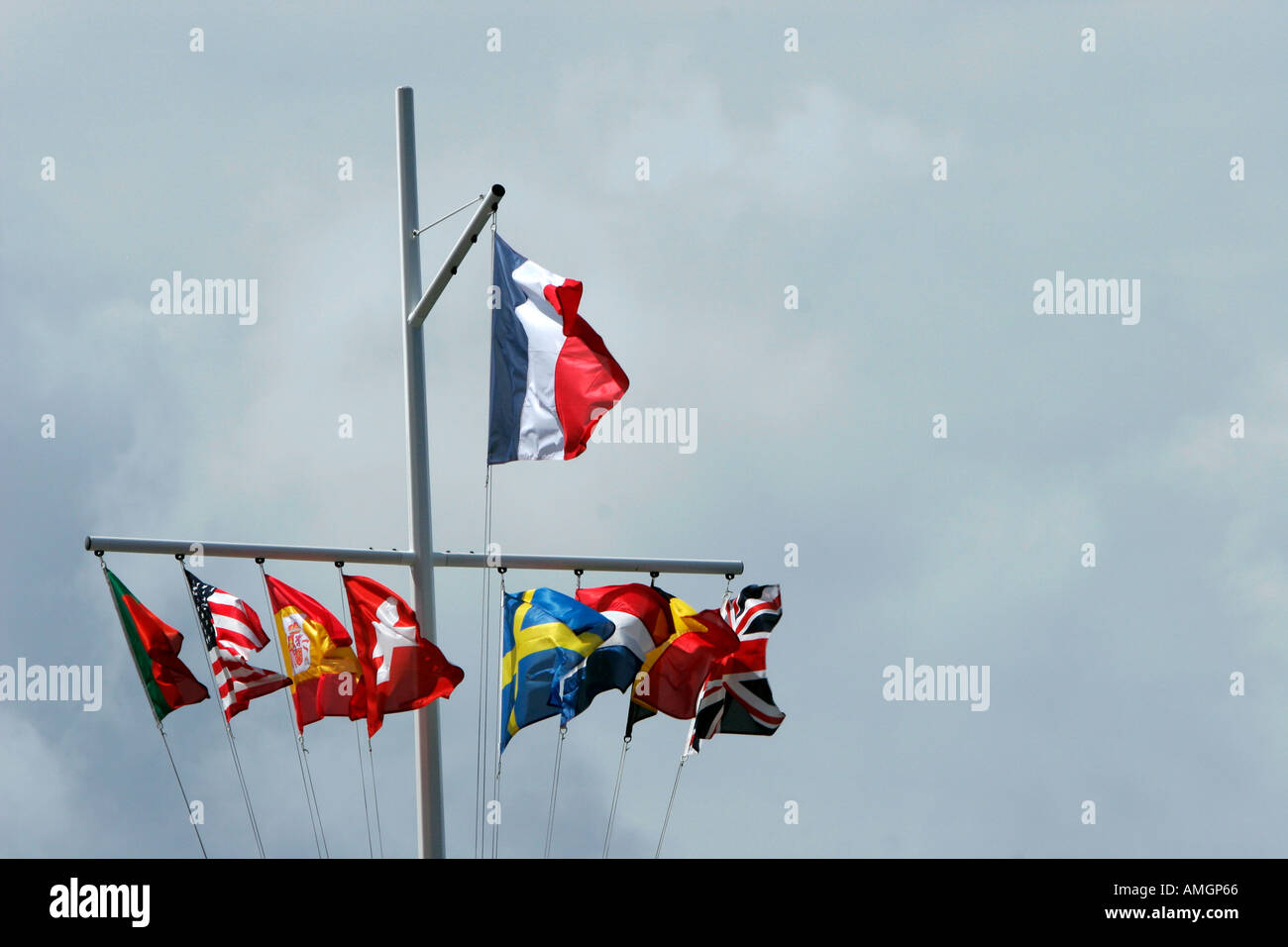 Drapeau français vole au dessus d autres drapeaux de nations près