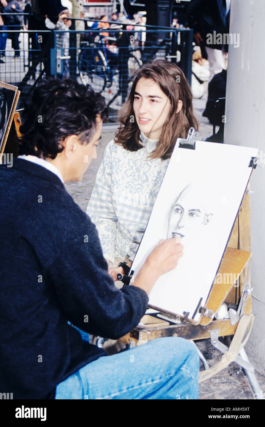 Artiste de rue, dessinant un portrait de la jeune fille au quartier de Montmartre, Paris, France Banque D'Images