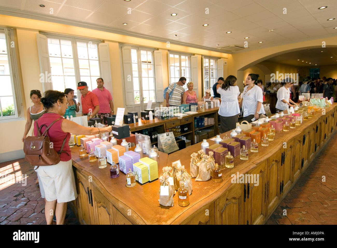 Les Touristes Dacheter Au Parfum Parfumerie Fragonard à Grasse