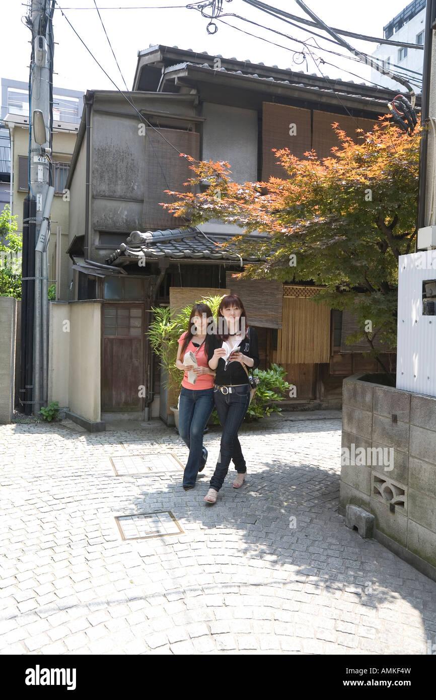 Deux femmes marchant dans Kagurazaka, Tokyo, Japon Photo Stock