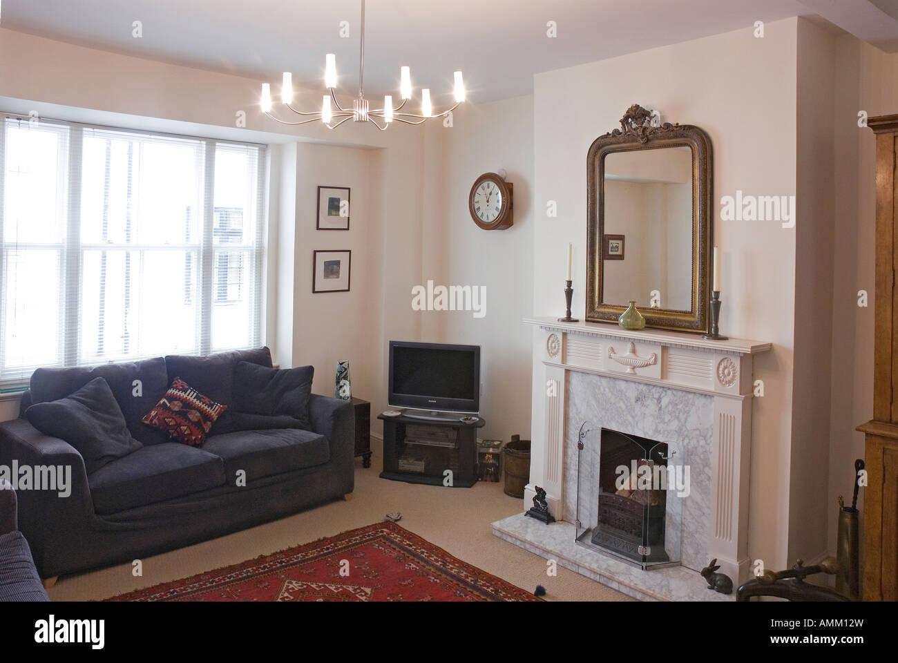 Miroir Salle De Sejour salle de séjour avec cheminée et miroir banque d'images