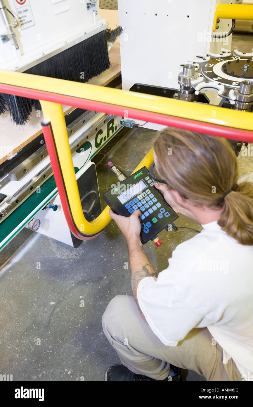D'exploitation détenu par ordinateur high-tech in wood shop du routeur. Centre correctionnel de Lincoln, Photo Stock