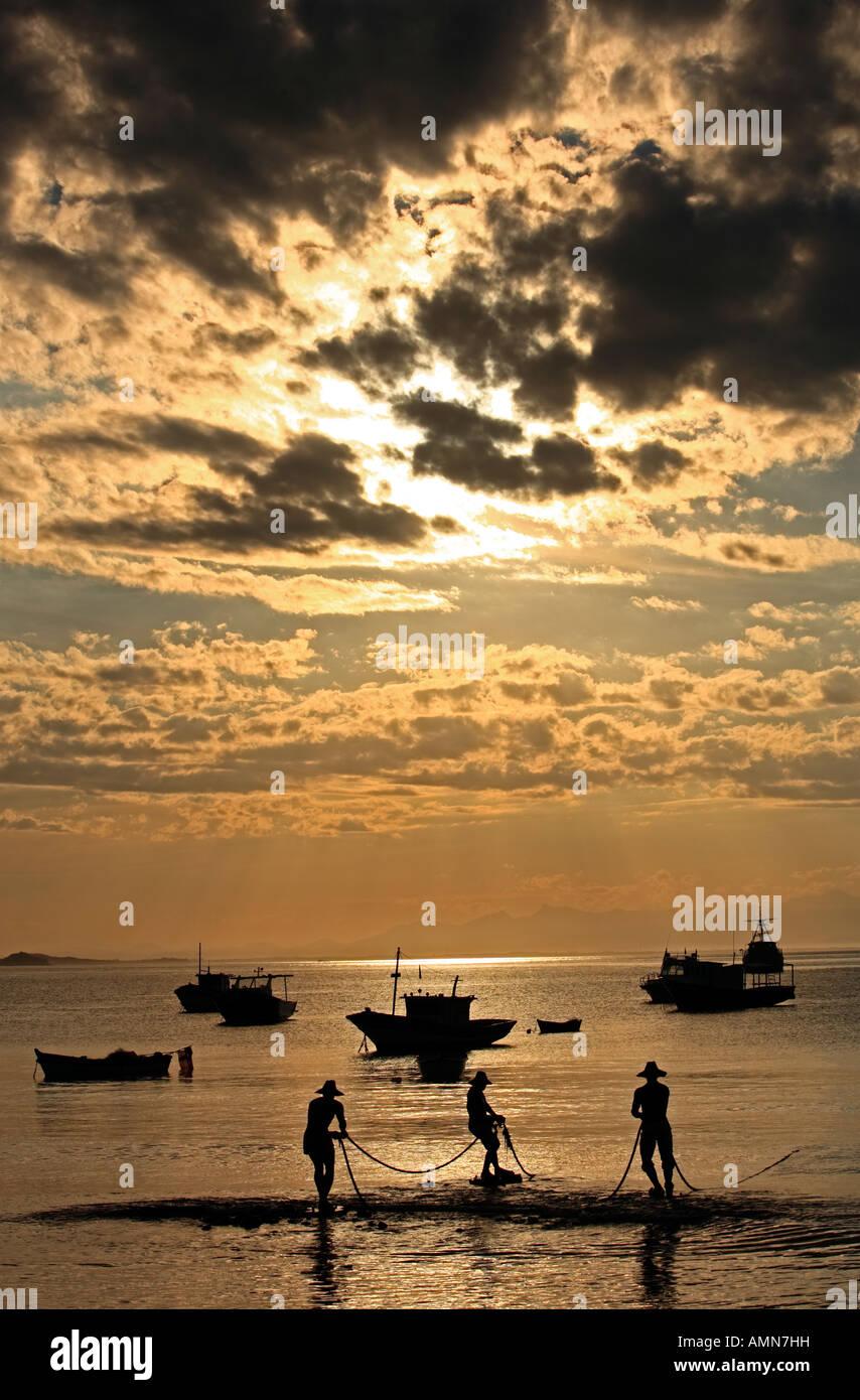 Coucher de soleil sur la plage de Praia da Armação dans la belle ville de typiquement brésilien buzios Photo Stock