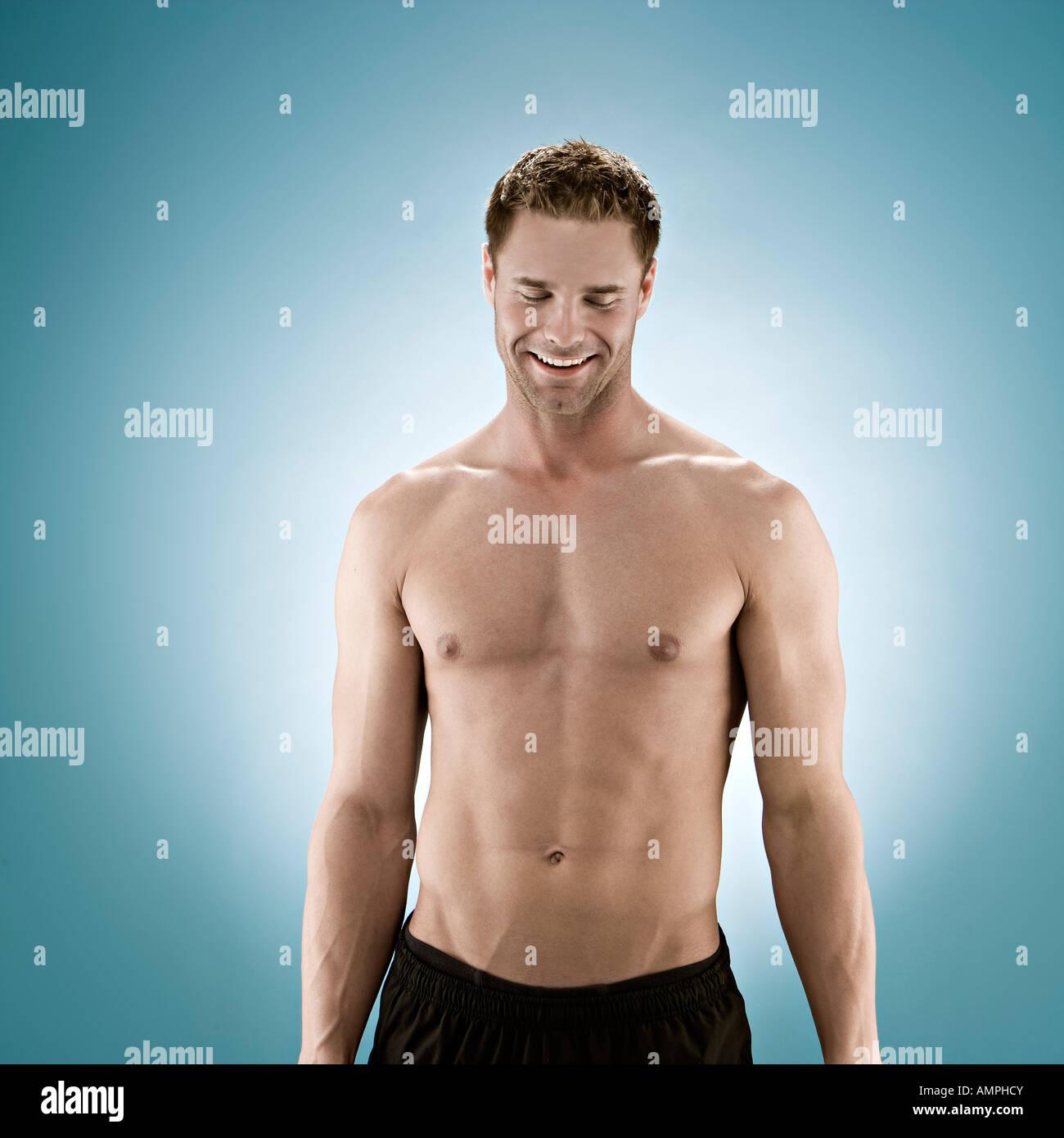 Beauté photo de 20 à 30 ans, homme, avec chemise hors tension. Photo Stock