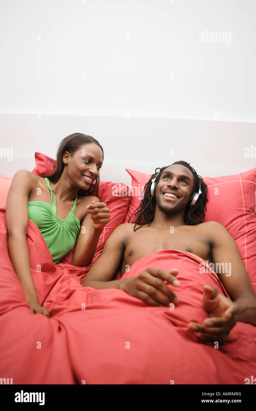 African couple laying in bed Banque D'Images