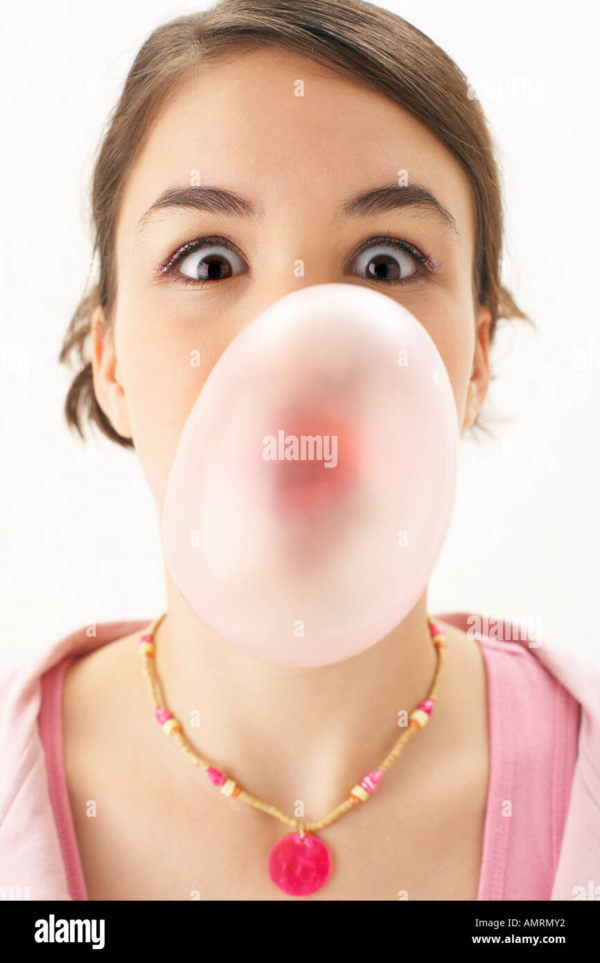 Girl Blowing Bubble Banque D'Images