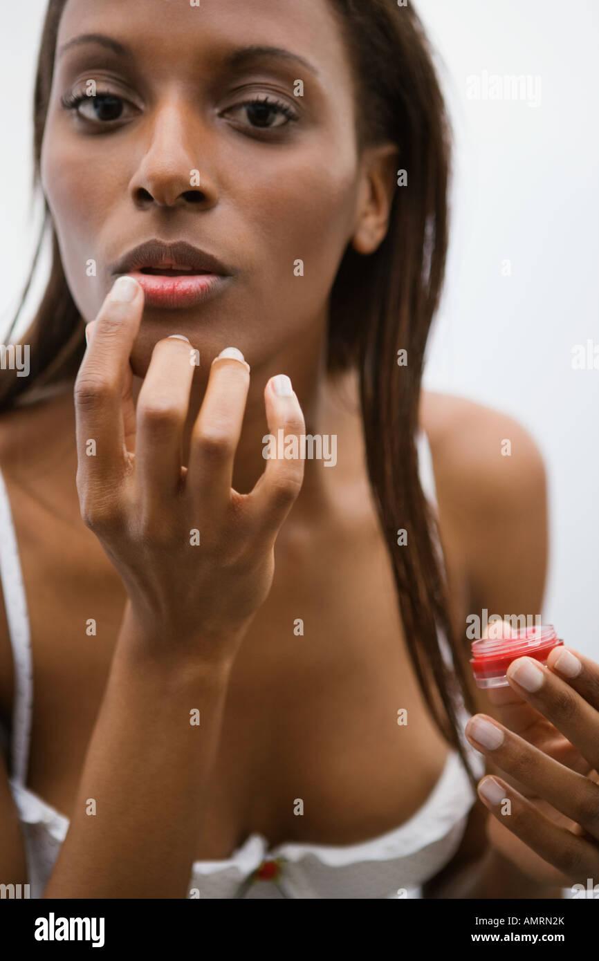 Femme africaine l'application Lip Gloss Banque D'Images
