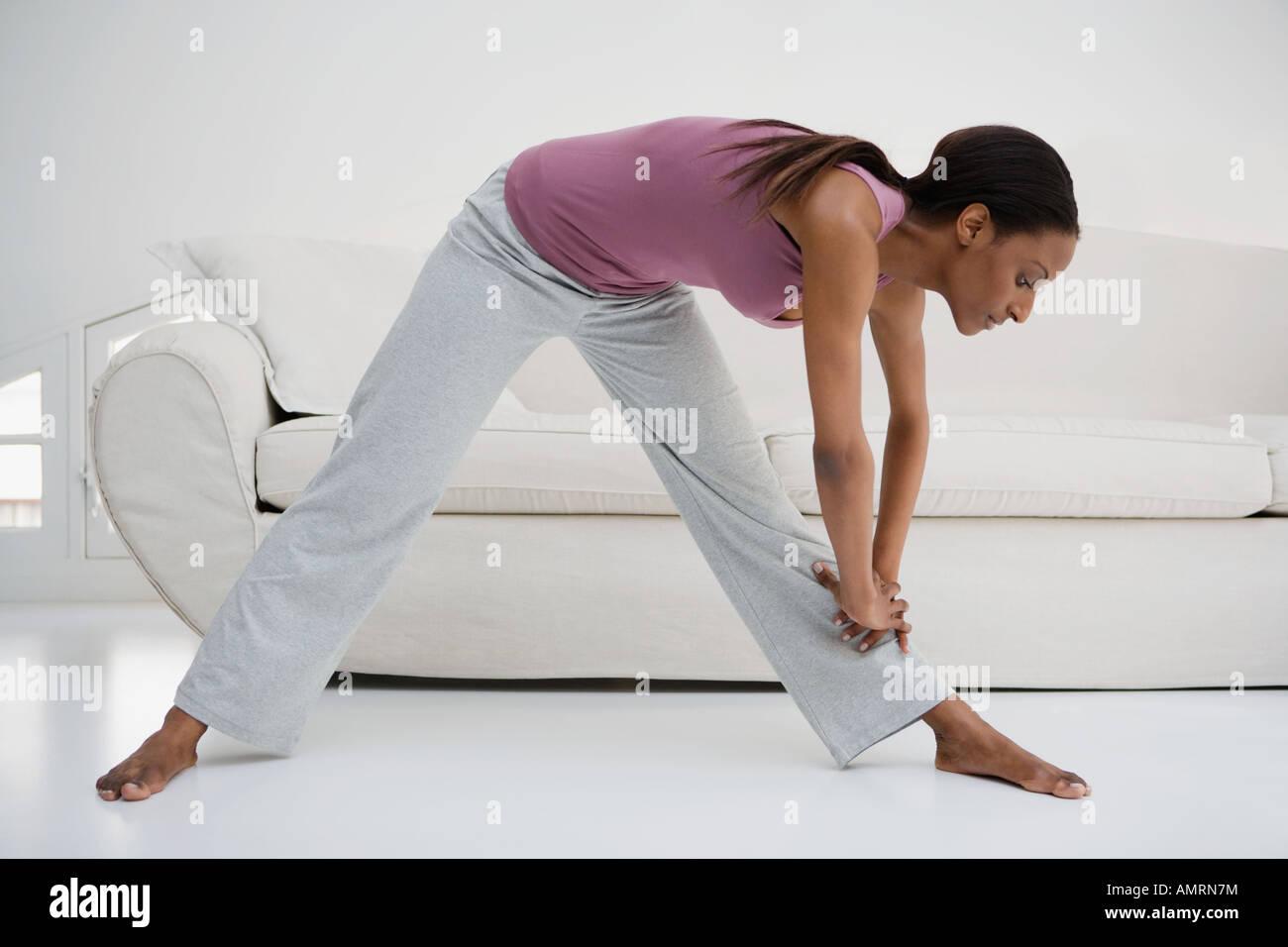 Femme africaine qui s'étend dans la salle de séjour Banque D'Images